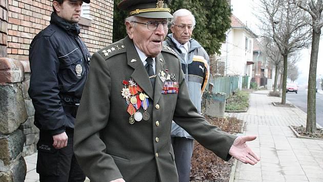 Setkání u rodného domu Otakara Jaroše v Lounech. Na snímku hovoří válečný veterán Josef Kulich, který se bojů také účastnil.