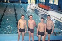 Kluci z deváté třídy při sportovní výuce ve středu v lounském bazénu