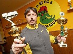 Josef Roháč ukazuje v nové zasedací místnosti některé z pohárů z požárního sportu.