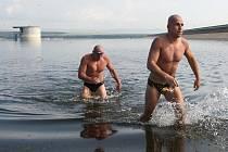 Vojáci plavali podél hráze Nechranické přehrady o délce 3,2 kilometru