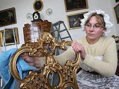 Alena Skalová uklízí před začátkem sezony na zámku v Krásném Dvoře