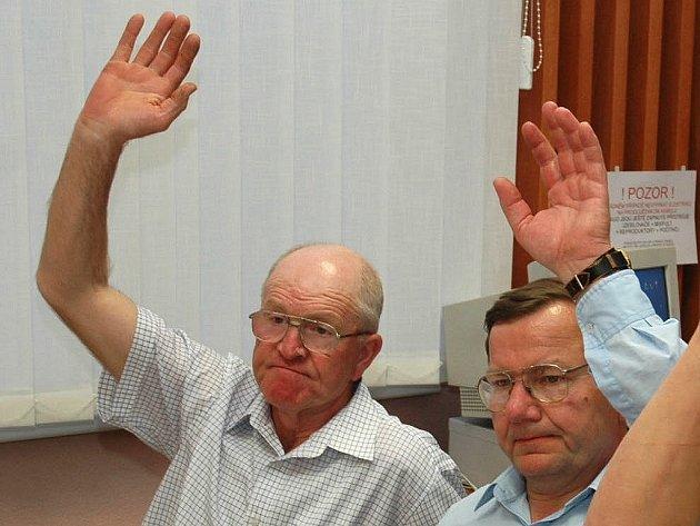 J. Heinz hlasuje s kolegou Bohuslavem Hanusem (vlevo).