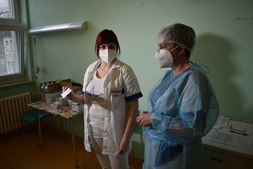 Mezi prvními očkovanými v žatecké nemocnici byla Eva Menclová, staniční sestra interního oddělení.