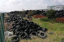 Po zkrachovalé společnosti Hargo zůstaly v zóně Triangle u Žatce tisíce pneumatik.