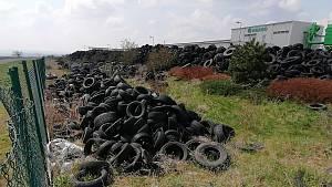 Tisíce pneumatik v průmyslové zóně Triangle.