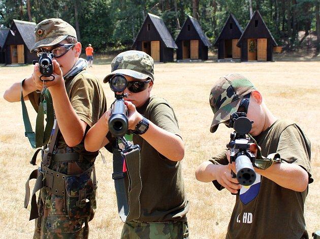 Sto deset dětí z celé republiky tráví část prázdnin na oblíbeném army táboře v Žerotíně na Lounsku.