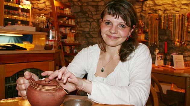 Petra Kudrnová v lounské čajovně.