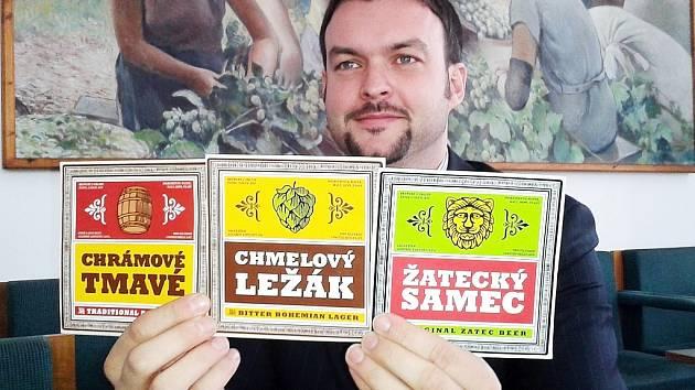 Místostarosta Žatce Jan Novotný ukazuje novou podobu etiket, kterou budou mít piva uvařená v tamním minipivovaru Chrámu chmele a piva. Nyní jsou tři, brzy přibude ještě čtvrté.
