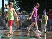 Děti se v parném odpoledni osvěžily prima sprchou