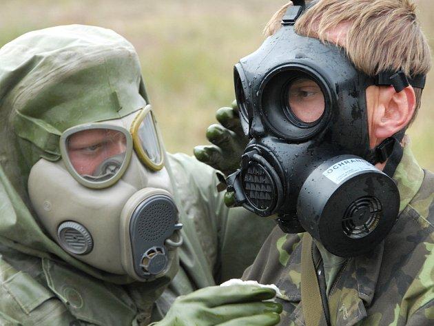 Vojáci na Doupově cvičili v maskách také radiační, chemickou a biologickou ochranu.