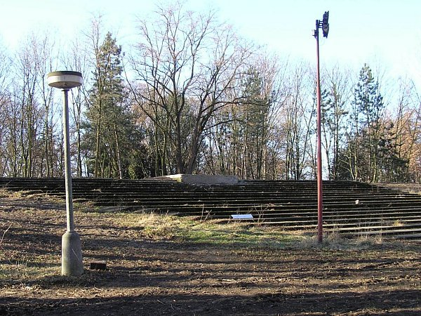 Kde dříve byly lavičky a promítací kabina, je nyní prázdno.