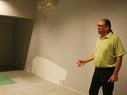 Ředitel divadla Vladimír Drápal představuje prostory budoucí galerie
