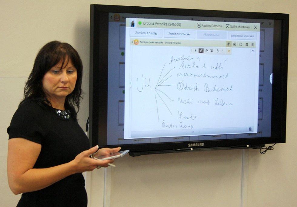 Učitelka Lenka Cvešprová si s žáky připravila malou ukázku použití tabletů při výuce