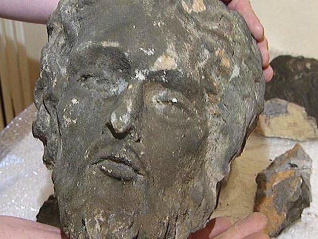 Hlava sochy Jana Nepomuckého. Plastika je nyní poničena, město chce v příštím roce získat peníze na její zrestaurování.