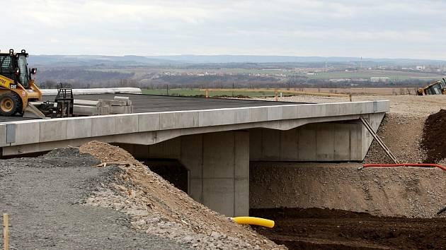 Rozestavěný silniční most u Bitozevsi – součást budoucí mimoúrovňové křižovatky.