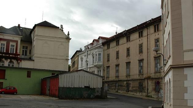 Bývalý sklad chmele (vpravo) na rohu náměstí Prokopa Velkého a Miléniové ulice se změní v informační centrum. To bude spojeno lávkou s rozhlednou, která vyroste místo plechového objektu.