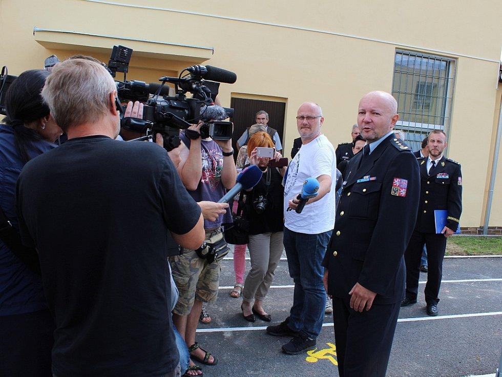 Miroslav Špalek z Věznice Nové Sedlo, pod které drahonická věznice spadá, v obležení novinářů