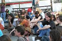 Mladí příznivci hudby poslouchají produkci.