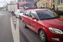 Na křižovatce v Černčicích se srazila dvě auta.
