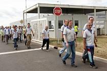 Zaměstnanci továrny v průmyslové zóně Triangle při evakuaci