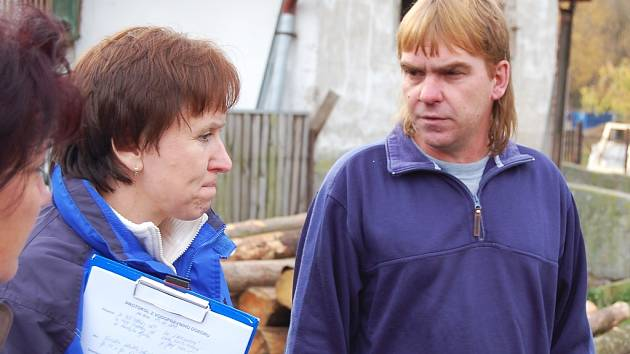Iva Laurichová z podbořanské radnice diskutuje s majitelem bytů Josefem Kudličem.