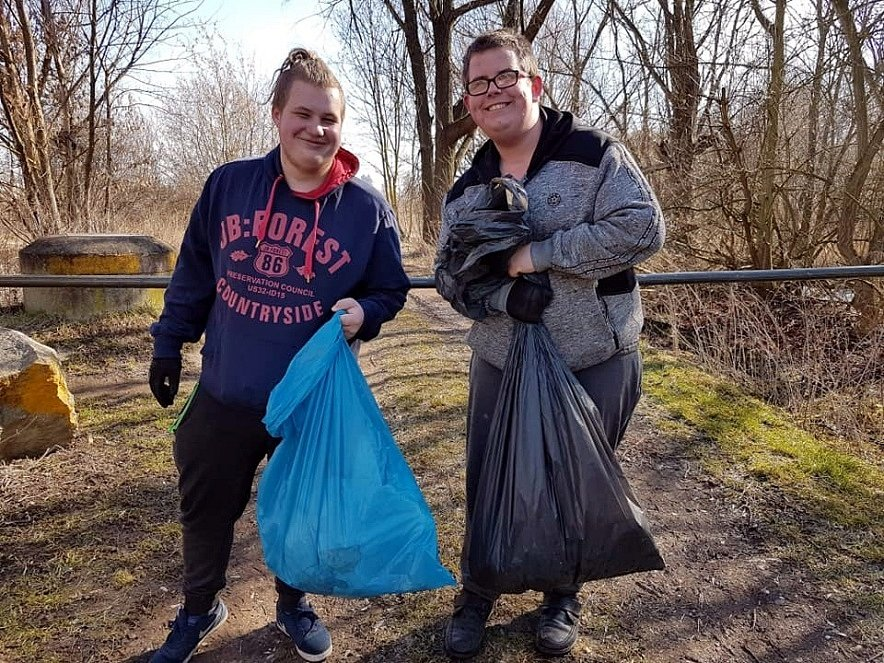 Dobrovolníci uklízí nepořádek, v pytlích skončily lahve i plasty.