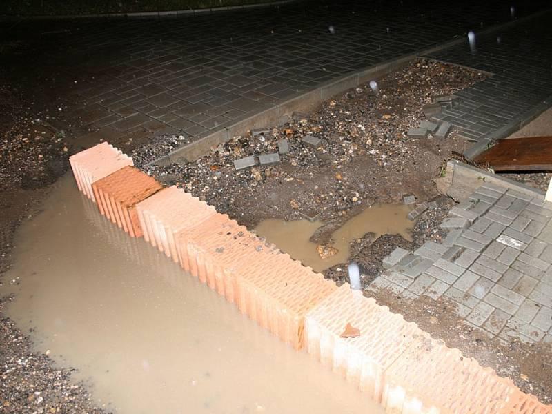 V Bitozevsi voda rozebrala část chodníku