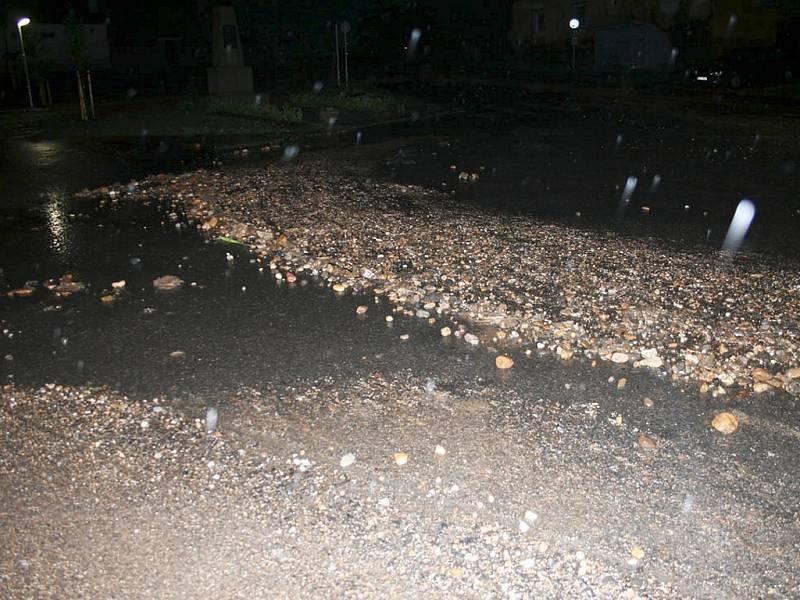 Hlavní silnice v Bitozevsi se proměnila kvůli naplaveninám v pískoviště.