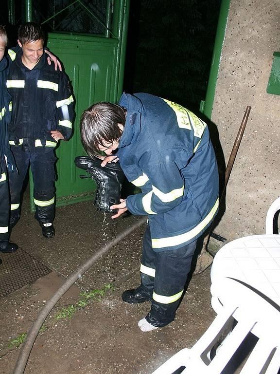 Hasiči ve Strkovicích si vylévají vodu z bot