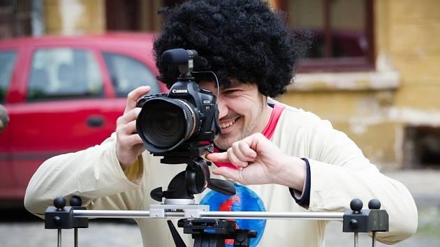 Populární žatecké duo Brejkdens Bradrs, známé například ze soutěže Československo má talent, natočilo sci-fi Liga nepotřebných.
