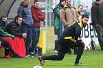 Dobroměřičtí fotbalisté (v bílomodrých dresech) porazili Vroutek 2:1.