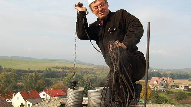 """""""Chtěl bych si vychovat nástupce, ale nikoho nemohu sehnat. Zájem o naše řemeslo klesá,"""" říká Ladislav Zahrádka, kominík z Podbořanska."""
