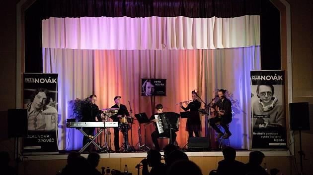 Město Kryry pořádalo hudební recitál Petra Nováka s názvem Klaunova zpověď.