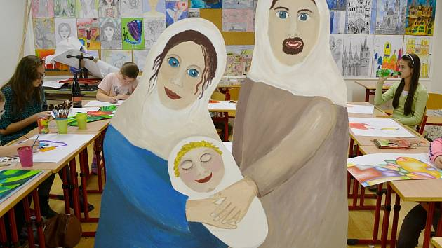 Děti z výtvarného oboru ZUŠ Louny malují postavičky betlému