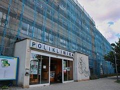 Probíhající rekonstrukce fasády na lounské poliklinice