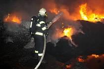 Hasič likviduje požár recyklátu ve společnosti Hargo před dvěma lety. Česká inspekce životního prostředí z obavy před vznikem dalšího požáru zahájila se společností řízení o pokutě.