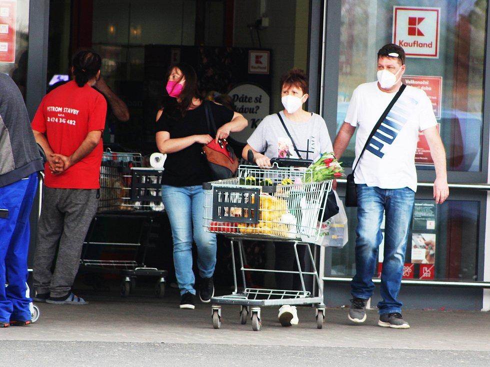 Nakupování před Velikonocemi v Žatci.
