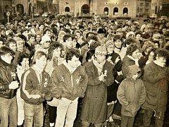 Setkání na náměstí Velké říjnové socialistické revoluce v Žatci. Dnes se jmenuje náměstí Svobody.