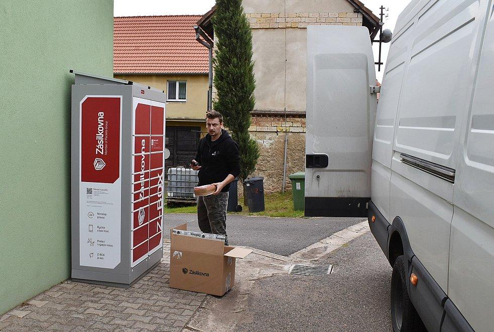 Obyvatelé Domoušic mohou nově využívat služeb Zásilkovny a balíčky si vyzvedávat u budovy obecního úřadu.