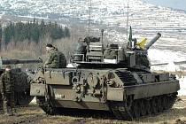 Belgičtí vojáci odpočívají při střelbách z tanků Leopard 1 na střelnici Mětikalov.