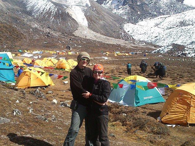 Petra a Štěpán Kotkovi v základním táboře Ama Dablm. Jedna z aklimatizačních výprav kolem 4600 m