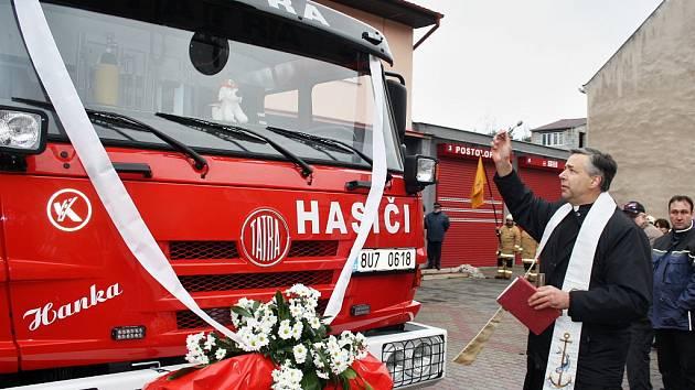 Novému hasičskému vozu požehnal farář Radim Vondráček