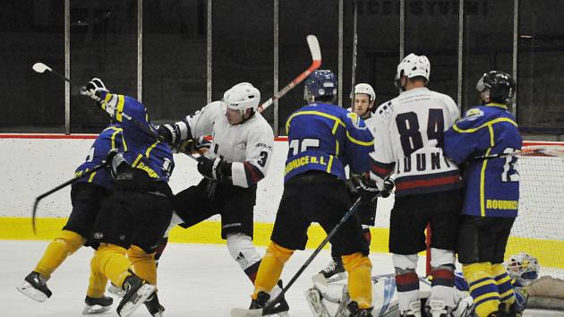 Lounský Slovan (v bílém) špatně začal, ale svým výkonem ve druhé třetině rozhodl o výsledku utkání.