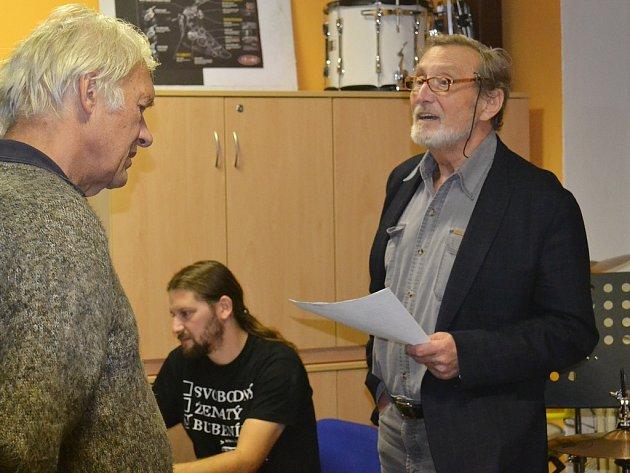 Ladislav Frej (vpravo) v budově lounské ZUŠ při čtvrtečním nahrávání.