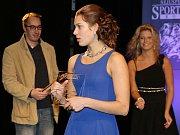 Trenér žateckých plavců Jiří Karas předal cenu pro nejlepšího jednotlivce v kategorii mládeže své svěřenkyni Lucii Svěcené