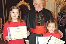Děti z Postoloprt na návštěvě katedrály v Praze. Na snímku je kardinál Dominik Duka s Beatou Ferancovou a Karolínou Folberovou.