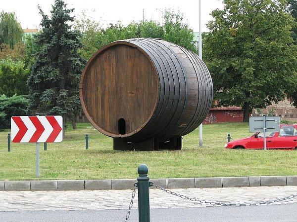 Obří pivní sud uZlaté labutě na silnici Most – Plzeň