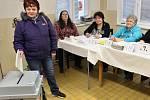 Dana Formánková vhazuje lístek do volební urny v prostorách mateřské školky Alergo na žateckém sídlišti Jih. Tamní komise zaznamenala o volby slušný zájem, krátce po začátku hlasování přišly desítky lidí.