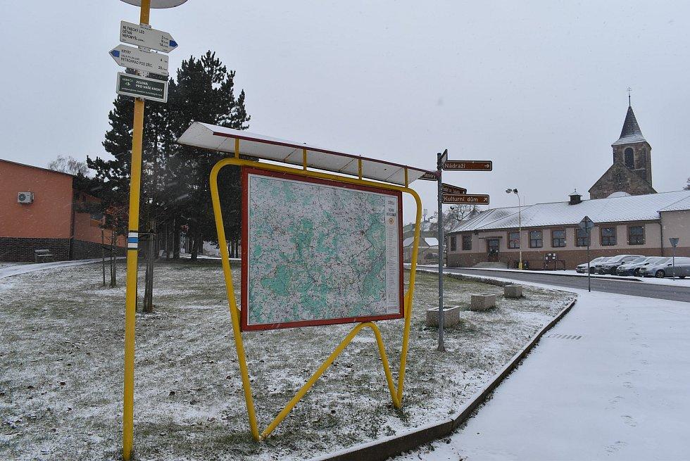 Přes Vroutek vede modře značená turistická trasa Kryry - Nepomyšl.
