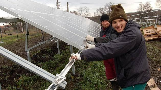 Martin Šnajdr montuje solární panely na stojany v Blšanech u Loun.